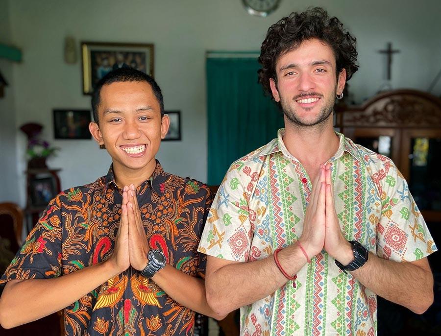 progetto happiness, gratitudine indonesia, giuseppe e ragazzo con mani giunte ringraziano